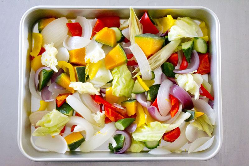 野菜をトレイの上に広げる