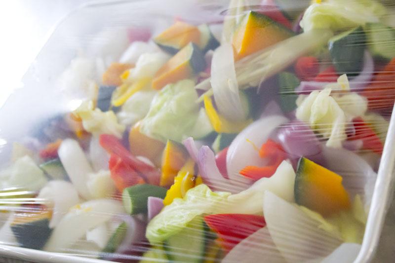 野菜にラップをする