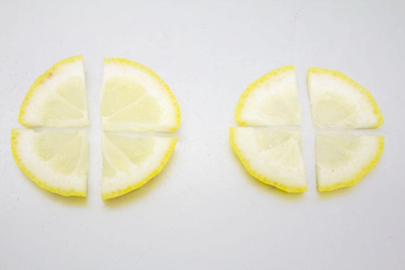 レモンの輪切りをカット